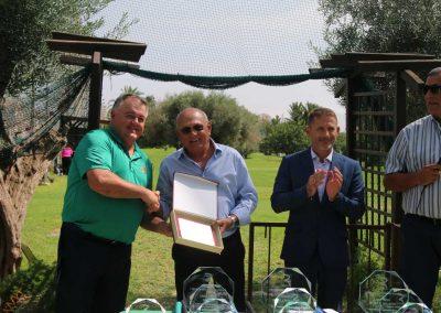Máximo Campillo recibiendo metopa de manos del presidente del club pachequero